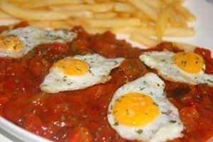 Huevos codorniz con pisto