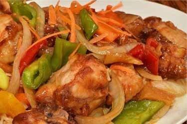 Pollo salteado pimiento y cebolla